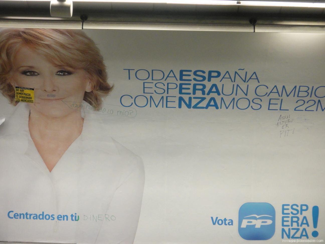 cartel en la parada de metro