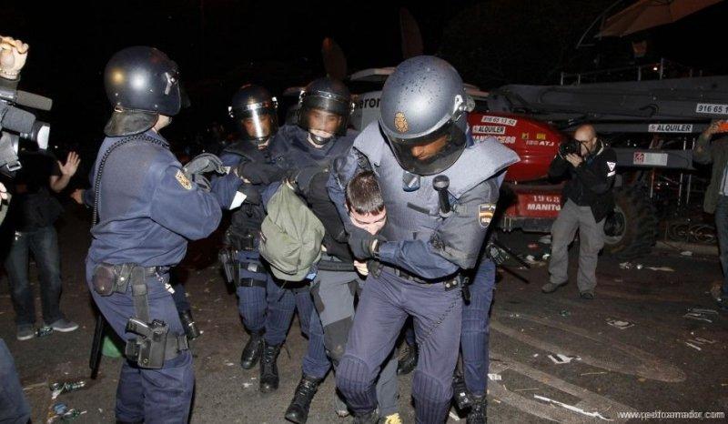 la Policia de España repartiendo