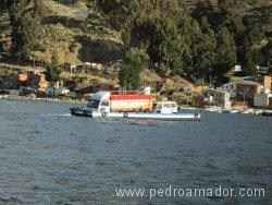 BOLIVIA Coches cruzando el estrecho